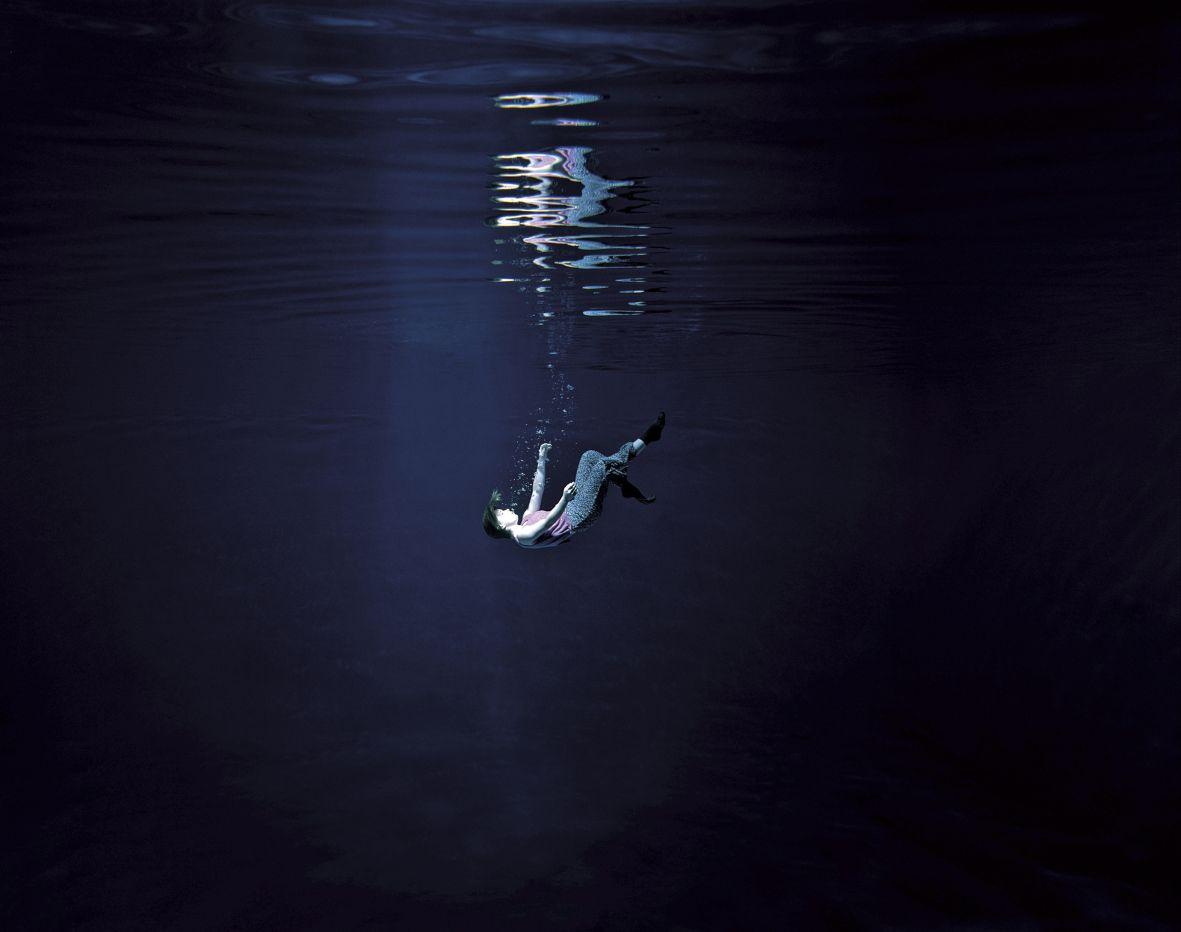 Carlos & Jason Sanchez, Descent, 2003, chromogene kleurenfoto. Collectie Mus+®e de la Photographie, Charleroi. Courtesy Torch Gallery, Amsterdam